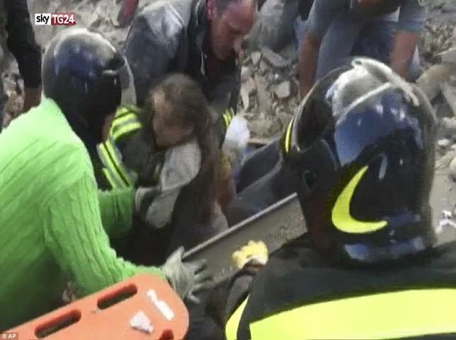 Bé gái 10 tuổi sống sót sau 17 tiếng mắc kẹt vì động đất ở Ý ảnh 2