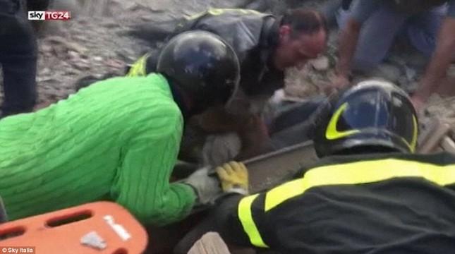 Bé gái 10 tuổi sống sót sau 17 tiếng mắc kẹt vì động đất ở Ý ảnh 1