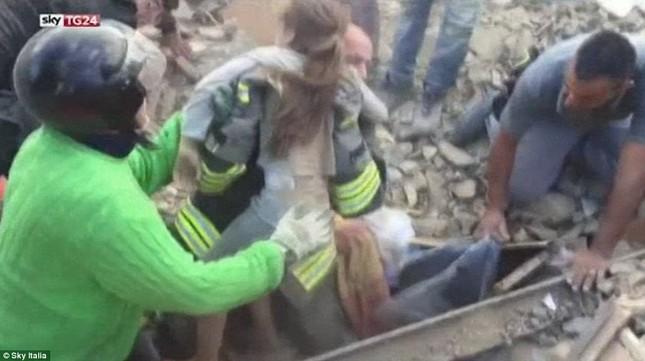 Bé gái 10 tuổi sống sót sau 17 tiếng mắc kẹt vì động đất ở Ý ảnh 4