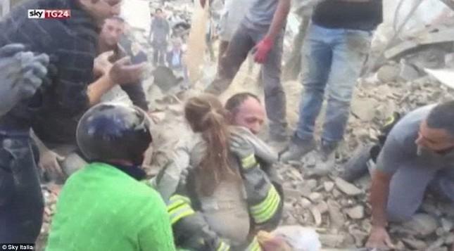 Bé gái 10 tuổi sống sót sau 17 tiếng mắc kẹt vì động đất ở Ý ảnh 5
