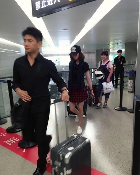 Phạm Băng Băng và người yêu Lý Thần nắm tay không rời ở sân bay ảnh 9