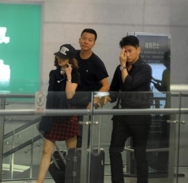 Phạm Băng Băng và người yêu Lý Thần nắm tay không rời ở sân bay ảnh 10