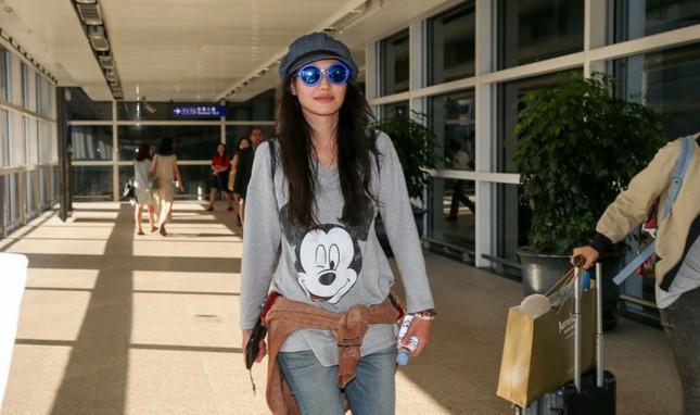 Phạm Băng Băng và người yêu Lý Thần nắm tay không rời ở sân bay ảnh 8