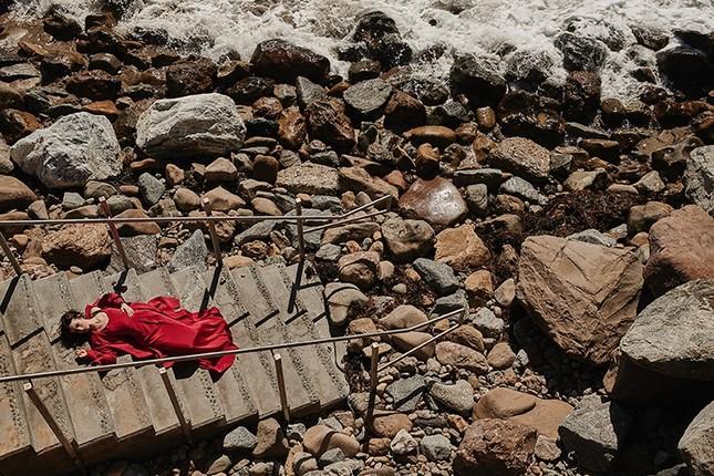 'Nàng Bạch Tuyết' Lily Collins gây bất ngờ với phong cách táo bạo ảnh 9