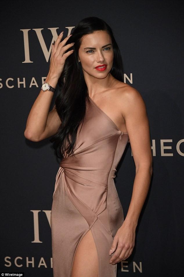 Thiên thần nội y Brazil siêu gợi cảm với váy xẻ cao ảnh 2