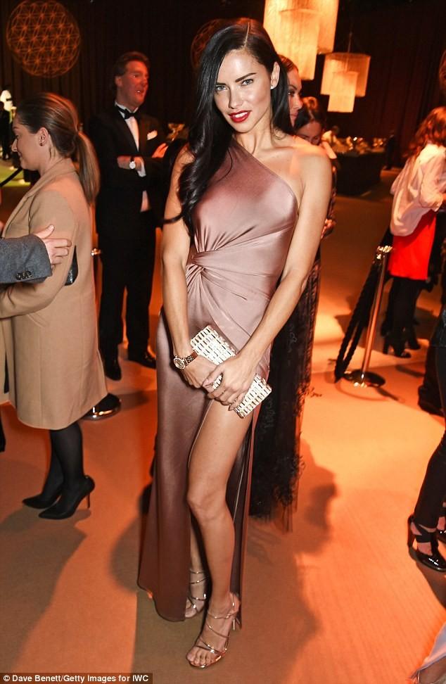 Thiên thần nội y Brazil siêu gợi cảm với váy xẻ cao ảnh 4