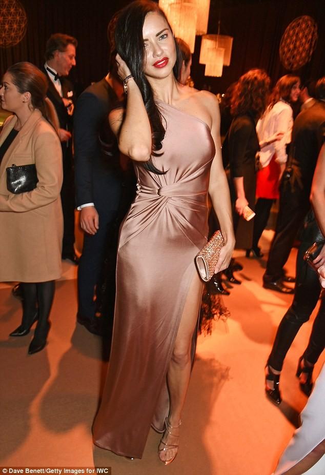 Thiên thần nội y Brazil siêu gợi cảm với váy xẻ cao ảnh 5