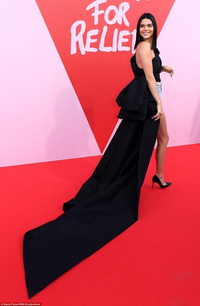 Dàn 'chân dài' siêu quyến rũ trong tiệc từ thiện tại Cannes ảnh 2