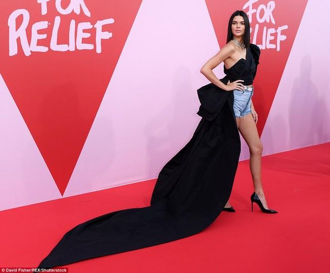 Dàn 'chân dài' siêu quyến rũ trong tiệc từ thiện tại Cannes ảnh 1