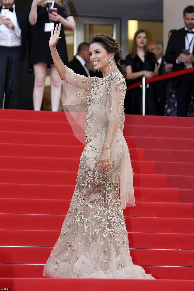 'Thiên nga trắng' Nicole Kidman đắm say bên chồng tại Cannes ảnh 19