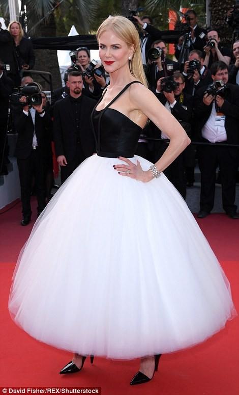 'Thiên nga trắng' Nicole Kidman đắm say bên chồng tại Cannes ảnh 2