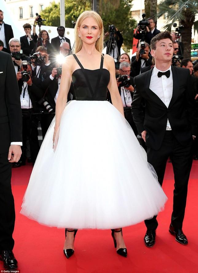 'Thiên nga trắng' Nicole Kidman đắm say bên chồng tại Cannes ảnh 4