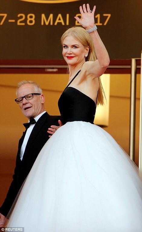'Thiên nga trắng' Nicole Kidman đắm say bên chồng tại Cannes ảnh 8