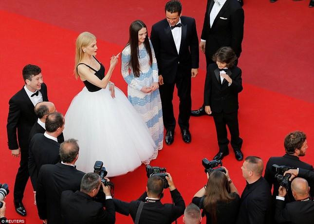 'Thiên nga trắng' Nicole Kidman đắm say bên chồng tại Cannes ảnh 6