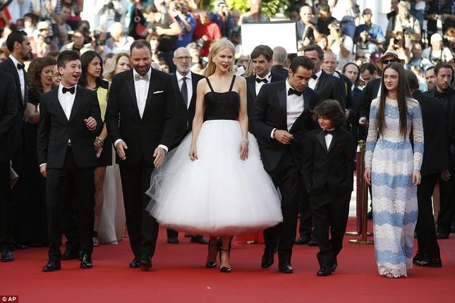 'Thiên nga trắng' Nicole Kidman đắm say bên chồng tại Cannes ảnh 1