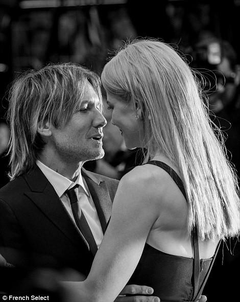 'Thiên nga trắng' Nicole Kidman đắm say bên chồng tại Cannes ảnh 15