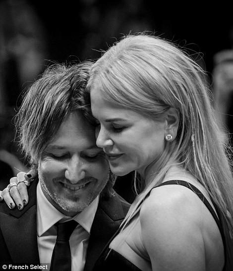 'Thiên nga trắng' Nicole Kidman đắm say bên chồng tại Cannes ảnh 14