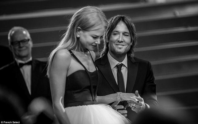 'Thiên nga trắng' Nicole Kidman đắm say bên chồng tại Cannes ảnh 17
