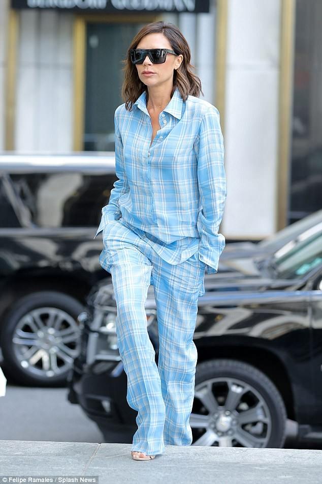 Victoria Beckham vẫn sành điệu khi diện pyjama xuống phố ảnh 1