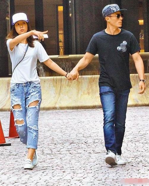 Vợ chồng Lâm Tâm Như – Hoắc Kiến Hoa tay trong tay xuống phố ảnh 1