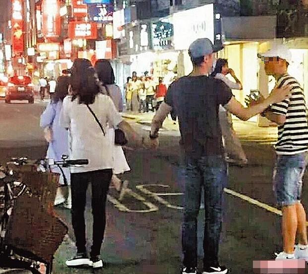Vợ chồng Lâm Tâm Như – Hoắc Kiến Hoa tay trong tay xuống phố ảnh 8