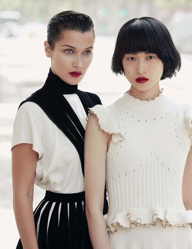 'Chân dài' Bella Hadid quá đỗi gợi cảm trên hàng loạt ấn phẩm Vogue ảnh 18