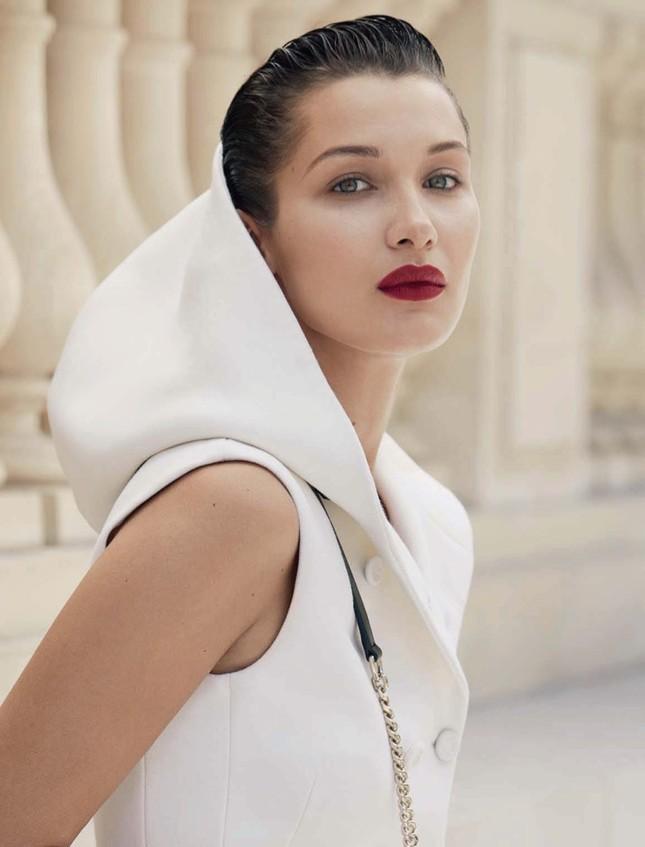 'Chân dài' Bella Hadid quá đỗi gợi cảm trên hàng loạt ấn phẩm Vogue ảnh 19