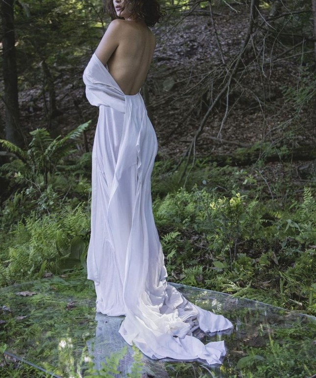 'Chân dài' Bella Hadid quá đỗi gợi cảm trên hàng loạt ấn phẩm Vogue ảnh 26