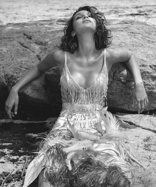 'Chân dài' Bella Hadid quá đỗi gợi cảm trên hàng loạt ấn phẩm Vogue ảnh 27