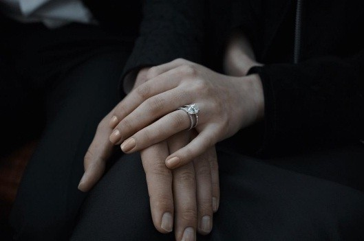 Mỹ nhân 'Trò chơi vương quyền' đính hôn với tình cũ của Taylor Swift ảnh 1