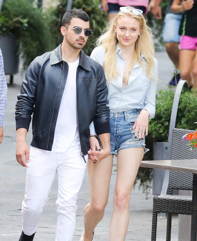 Mỹ nhân 'Trò chơi vương quyền' đính hôn với tình cũ của Taylor Swift ảnh 3