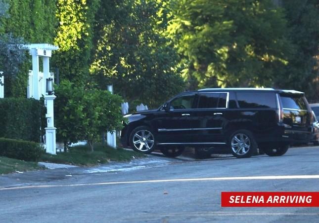 Đang hẹn hò The Weeknd, Selena Gomez đưa tình cũ Justin Bieber về nhà ảnh 1