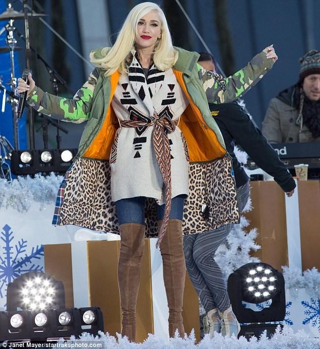 Gwen Stefani lộng lẫy, gợi cảm với đầm siêu ngắn ảnh 7