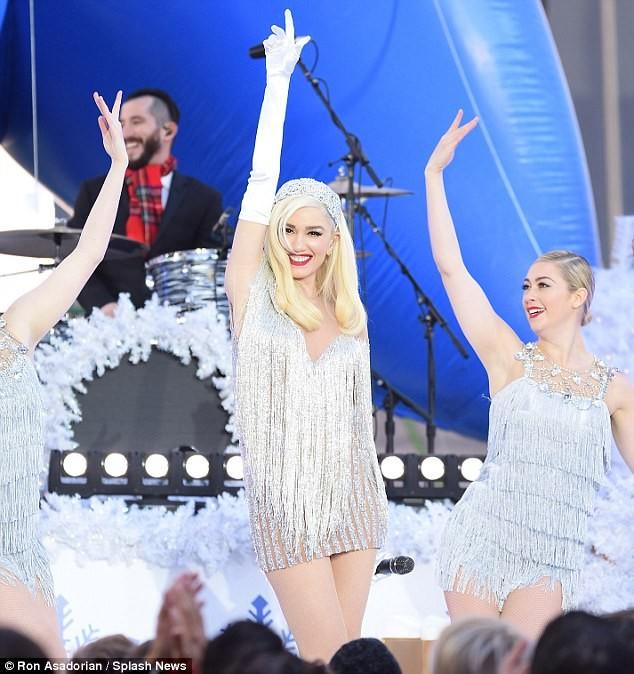 Gwen Stefani lộng lẫy, gợi cảm với đầm siêu ngắn ảnh 5