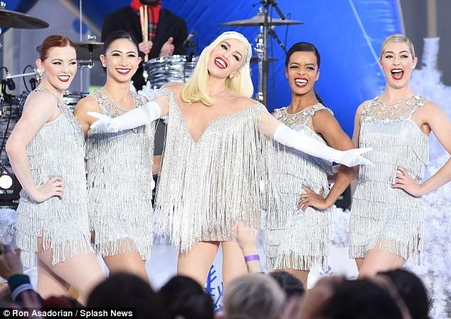 Gwen Stefani lộng lẫy, gợi cảm với đầm siêu ngắn ảnh 6