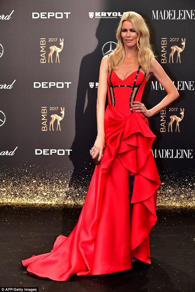 Sắc vóc trẻ đẹp không tuổi của siêu mẫu huyền thoại Claudia Schiffer ảnh 14