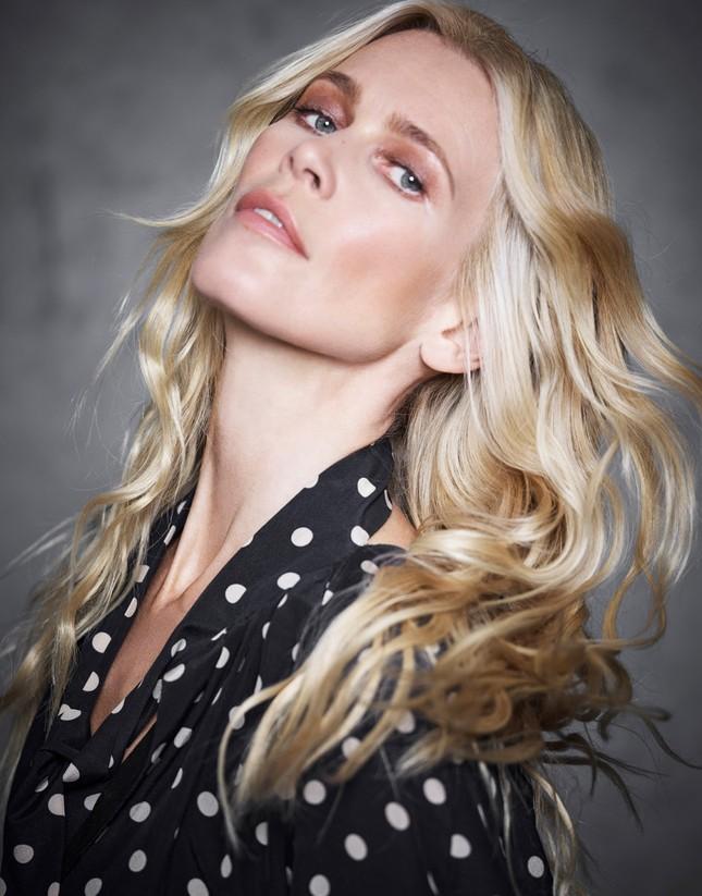 Sắc vóc trẻ đẹp không tuổi của siêu mẫu huyền thoại Claudia Schiffer ảnh 1