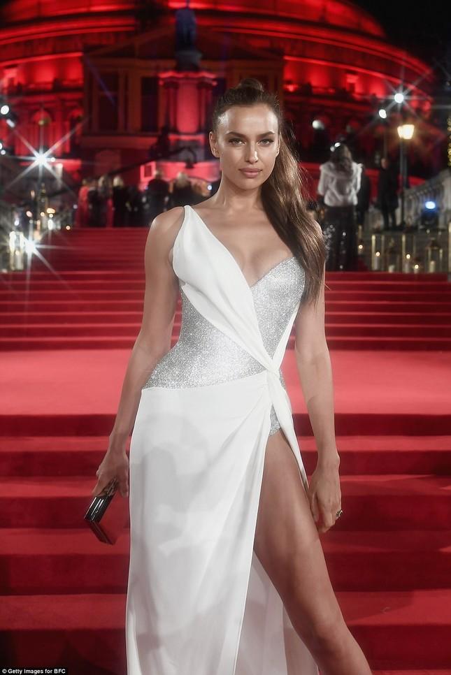 Dàn mỹ nhân khoe sắc quyến rũ với váy áo lộng lẫy ảnh 2