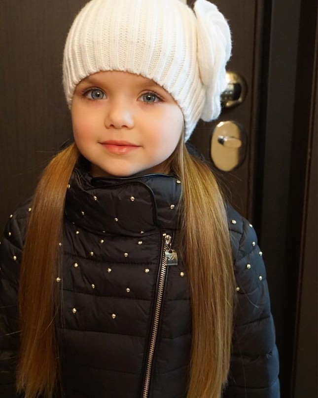Cô bé người Nga 6 tuổi xinh như búp bê ngoài đời thực ảnh 3
