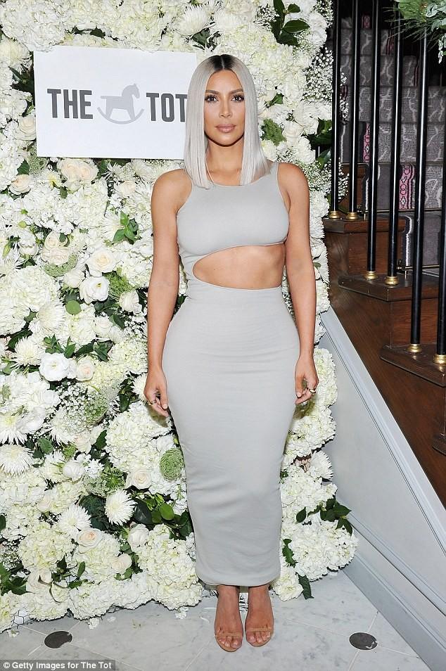 Kim Kardashian diện đầm ôm cắt xẻ khoe dáng đồng hồ cát ảnh 1