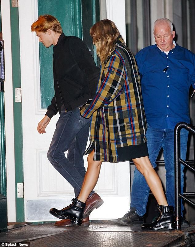 Taylor Swift lần đầu công khai nắm tay tình trẻ trên phố đông ảnh 6