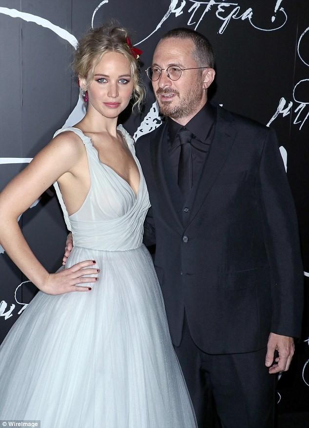 Brad Pitt vướng tin đồn hẹn hò mỹ nhân lộ ảnh nóng Jennifer Lawrence ảnh 5
