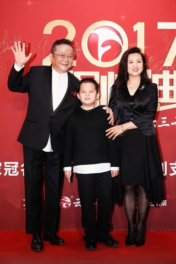 'Hòa đại nhân' Vương Cương phong độ bên vợ trẻ đẹp kém 20 tuổi ảnh 2