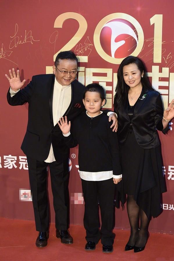 'Hòa đại nhân' Vương Cương phong độ bên vợ trẻ đẹp kém 20 tuổi ảnh 3