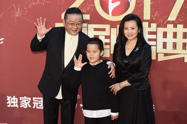 'Hòa đại nhân' Vương Cương phong độ bên vợ trẻ đẹp kém 20 tuổi ảnh 4
