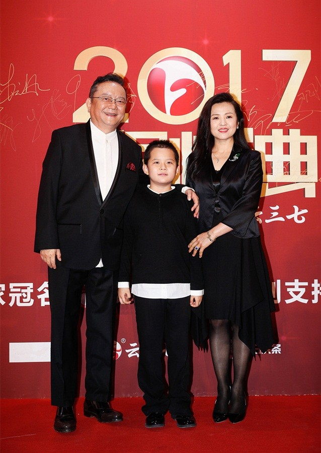 'Hòa đại nhân' Vương Cương phong độ bên vợ trẻ đẹp kém 20 tuổi ảnh 1