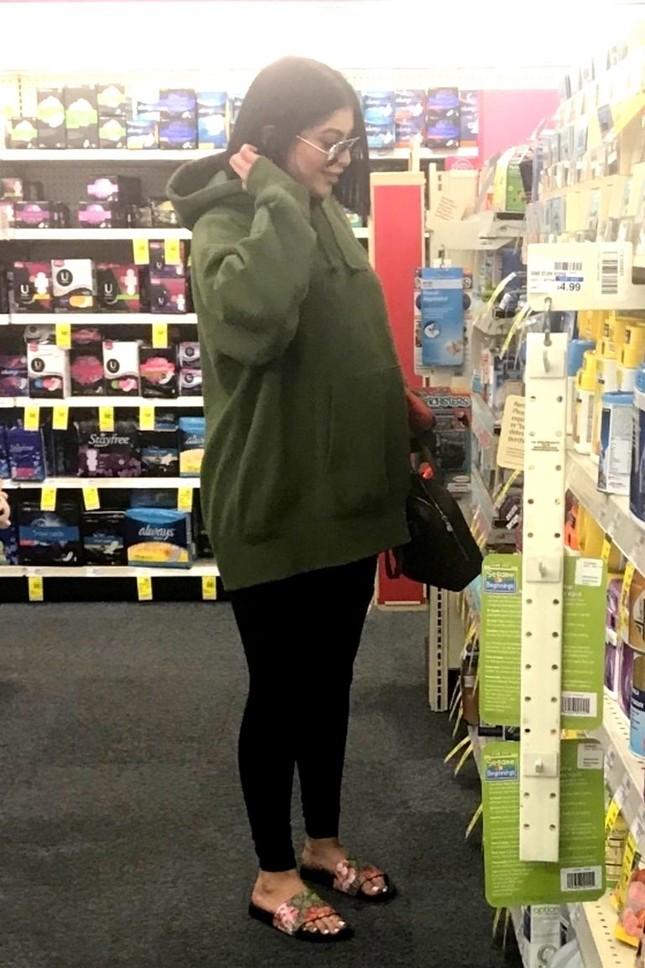 Kim Kardashian đón con thứ 3, chi 550.000 đô sắm đồ sơ sinh ảnh 12