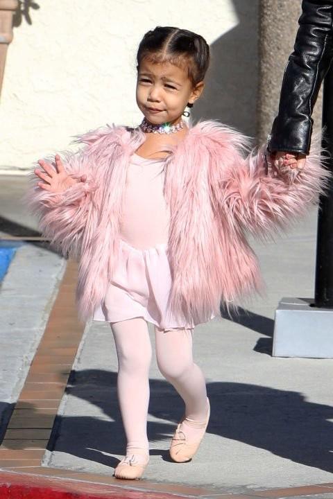 Kim Kardashian đón con thứ 3, chi 550.000 đô sắm đồ sơ sinh ảnh 9