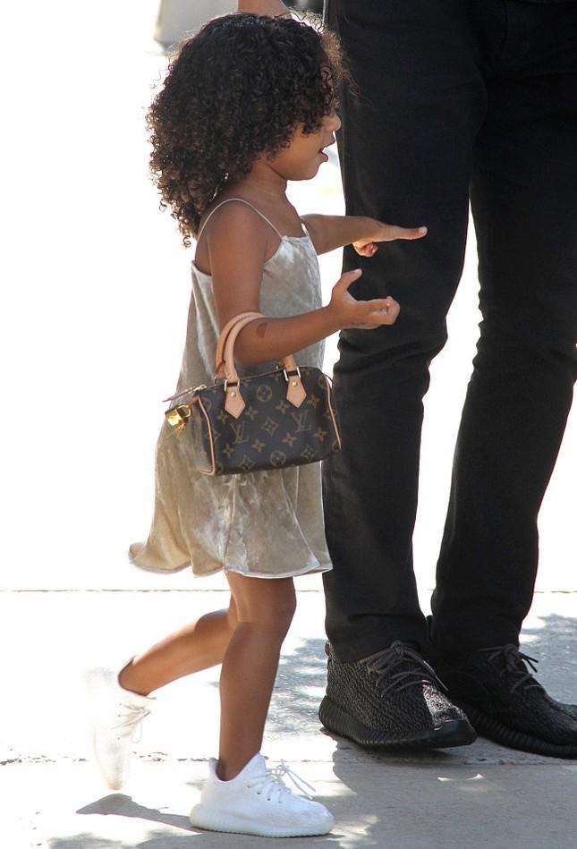 Kim Kardashian đón con thứ 3, chi 550.000 đô sắm đồ sơ sinh ảnh 11