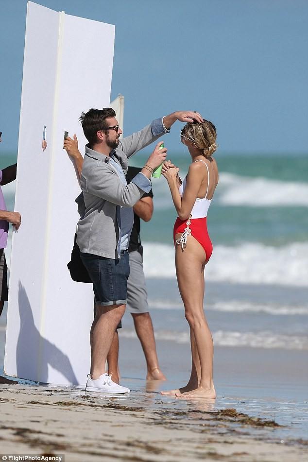 Hậu trường chụp áo tắm nóng bỏng của người đẹp Mỹ cao 1m80 ảnh 10